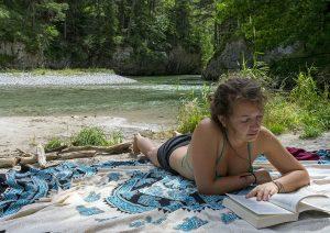 Austria: chiara legge un libro lungo il fiume Schwarza