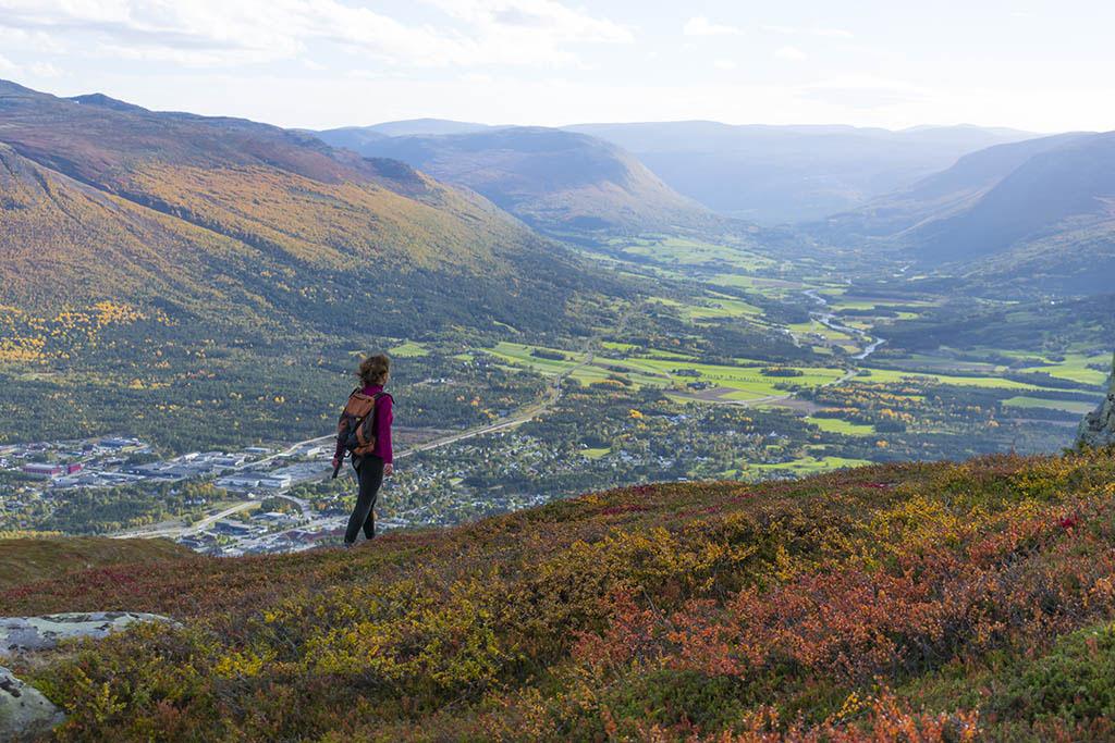 chiara cammina con i colori dell'autunno in norvegia