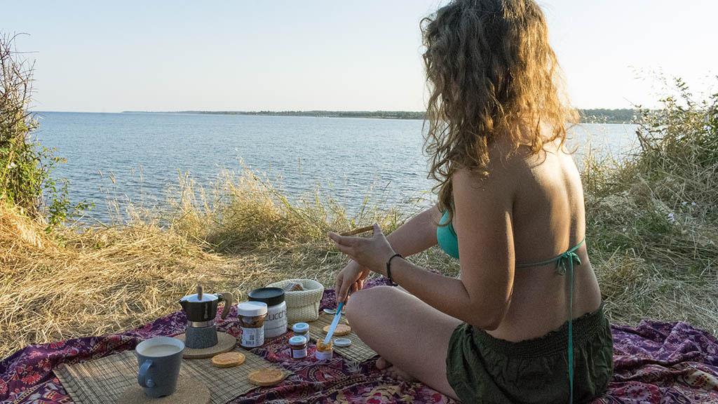 Chiara colazione in riva al mare in croazia
