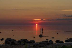 Coppia al tramonto sul Mar Baltico in Estonia