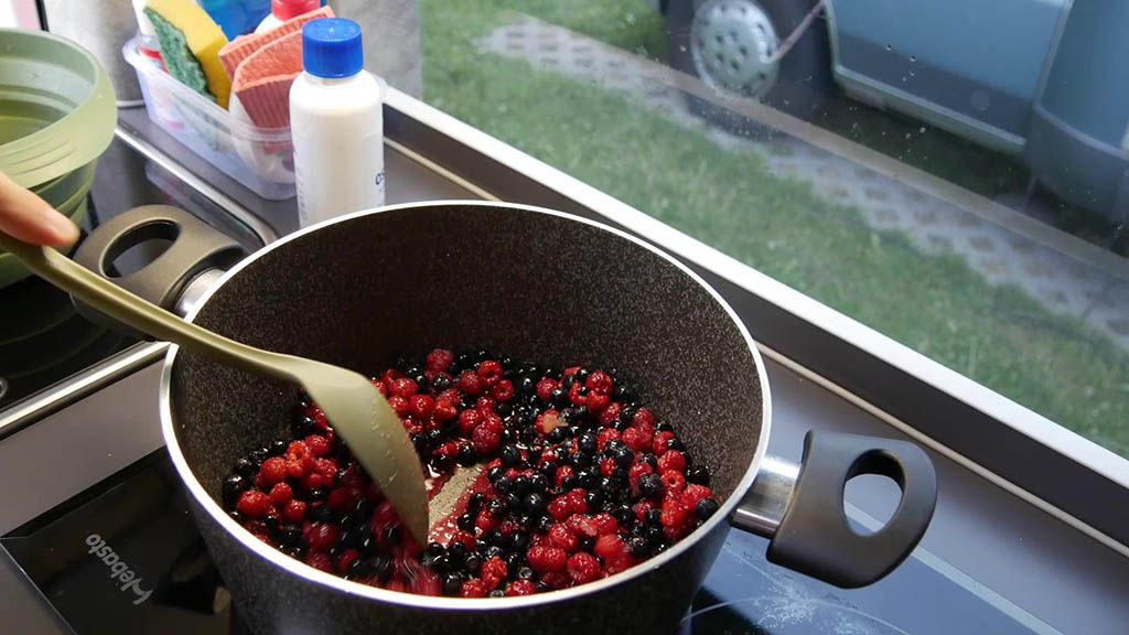 cottura marmellata mirtilli e lamponi