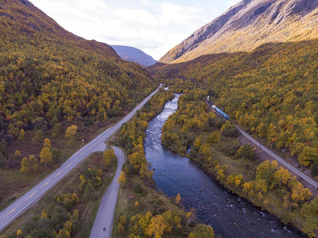 drone in una valle in norvegia in autunno
